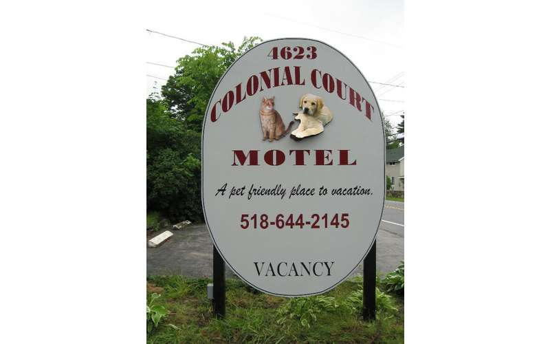 Welcome sign for the Colonial Court Motel