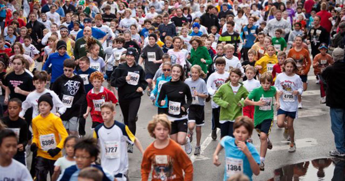 large crowd running at the troy turkey trot