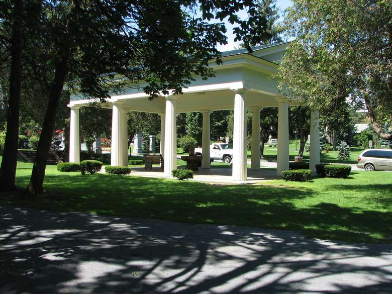 pavilion with large white columns protecting congress spring