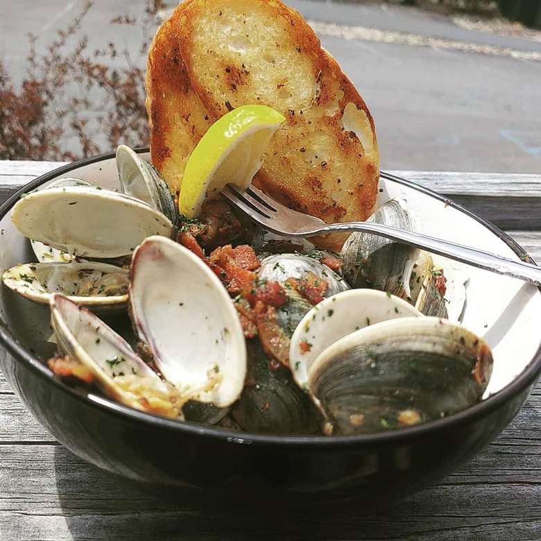 clams and toasted bread