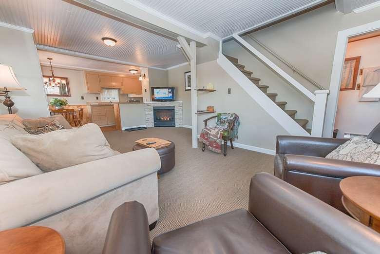 Lakefront cottage Living room