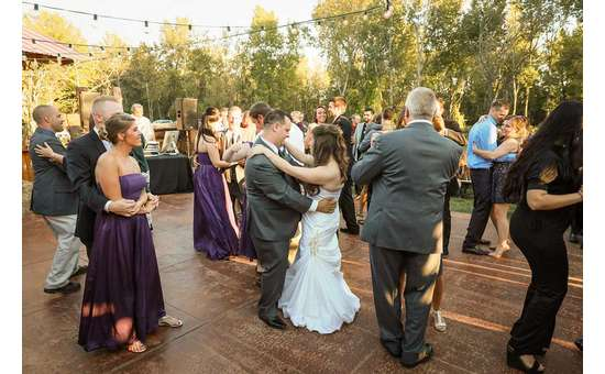 wedding guests dance