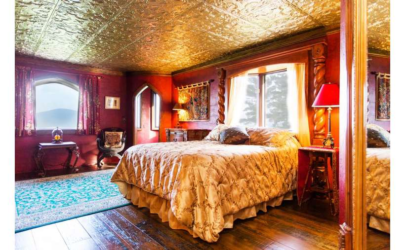 The Royal Bedroom with Queen Bed in Highlands Castle.