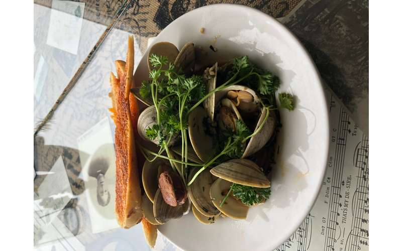 Steamers cooked with chorizo