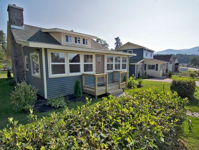exterior of lake george beach cottages