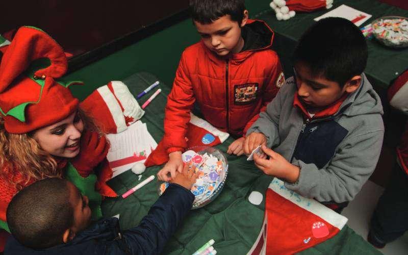 kids making holiday crafts