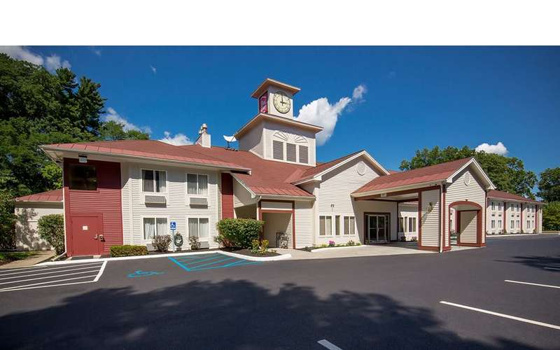 the outside of a red roof inn hotel