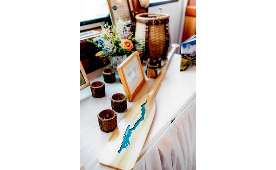 wedding decorations including a paddle with a carving of lake george