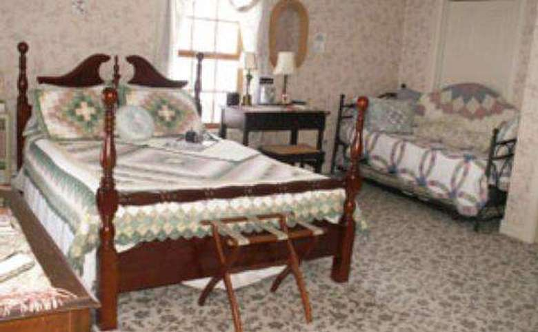 bedroom with one double-bed and one day bed