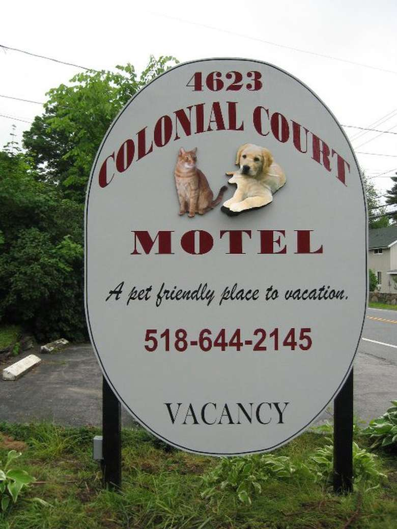 a sign that says Colonial Court Motel