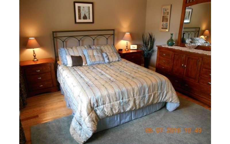 2nd Floor  Queen-size bedroom