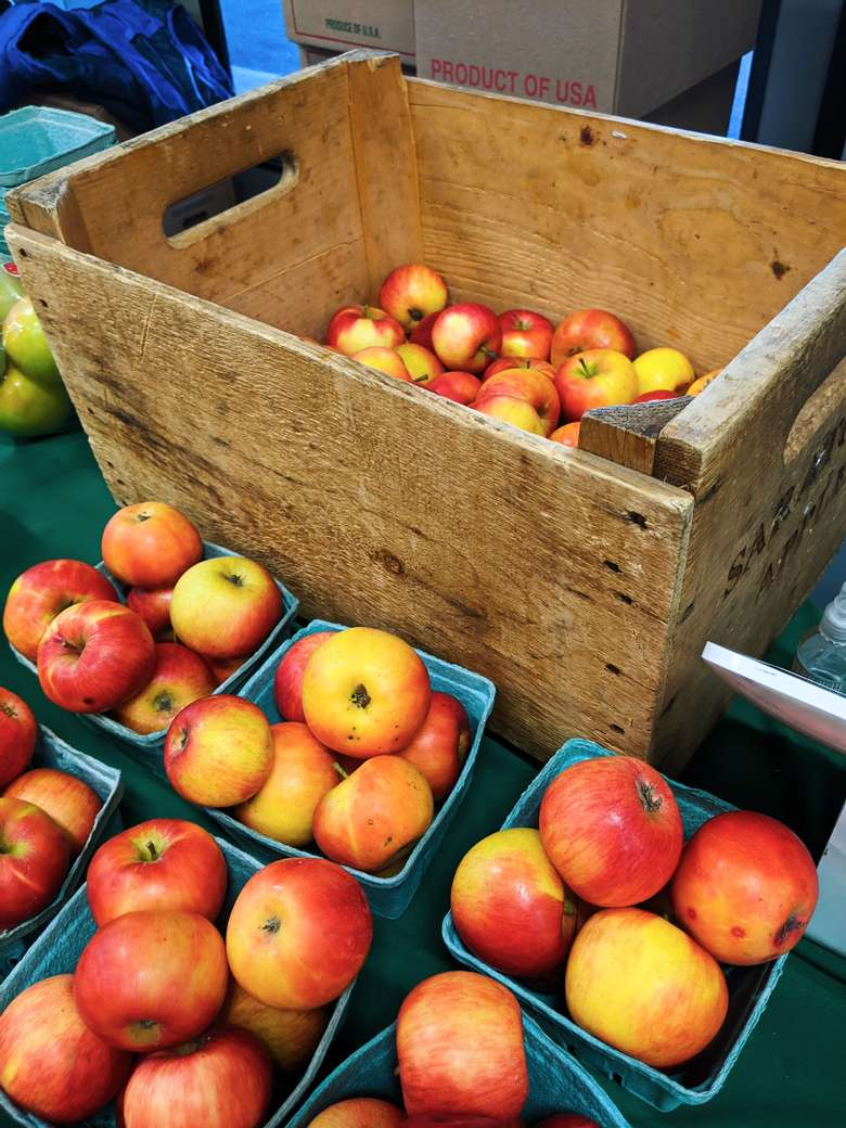 apples in a wooden crate