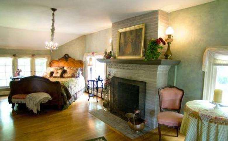 Victorian Mansion & Carriage House Rentals (10)