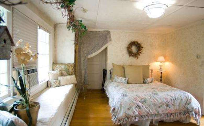 Victorian Mansion & Carriage House Rentals (11)