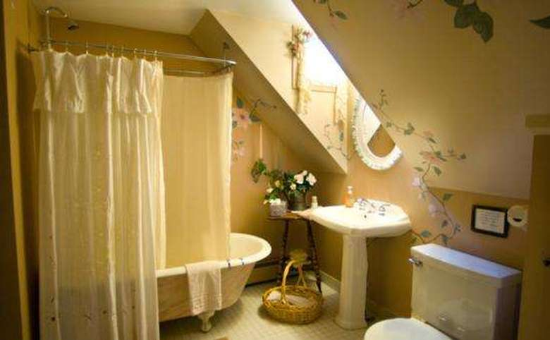 Victorian Mansion & Carriage House Rentals (12)