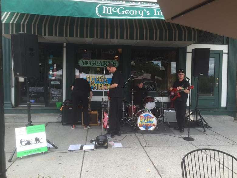 band outside the pub