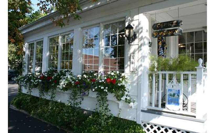 Charming motel located right in Lake George on Canada Street with heated swimming pool - easy walk to restaurants and shopping