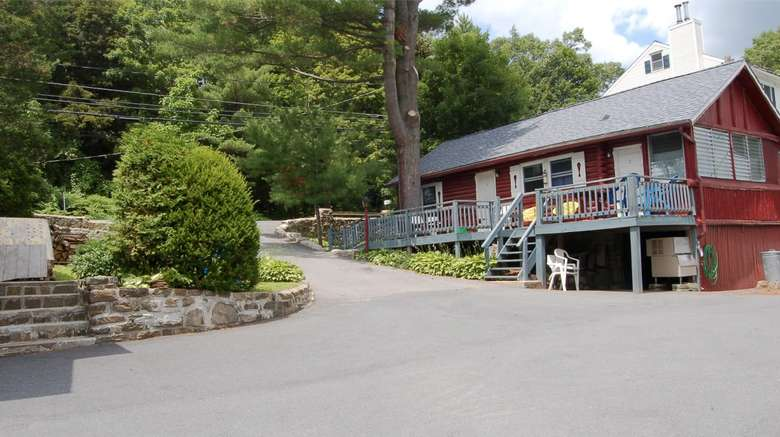 exterior photo of Cramer's Point Motel & Cottages