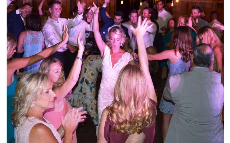 wedding crowd dancing
