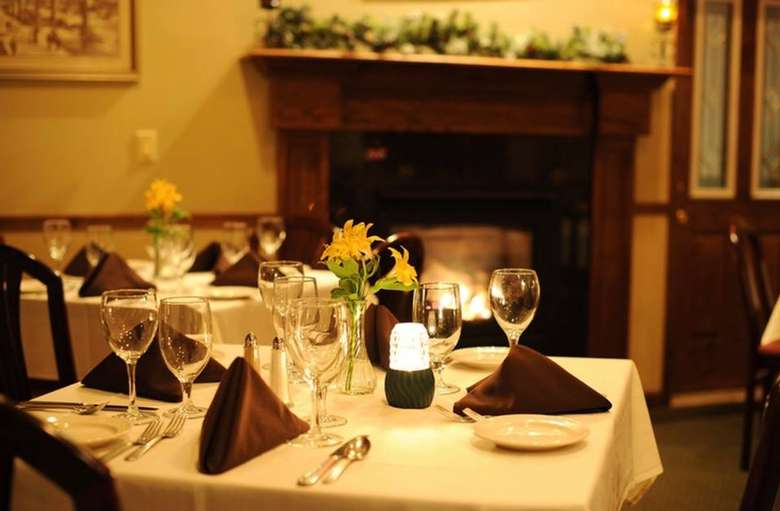 elegant table in Lake Ridge Restaurant
