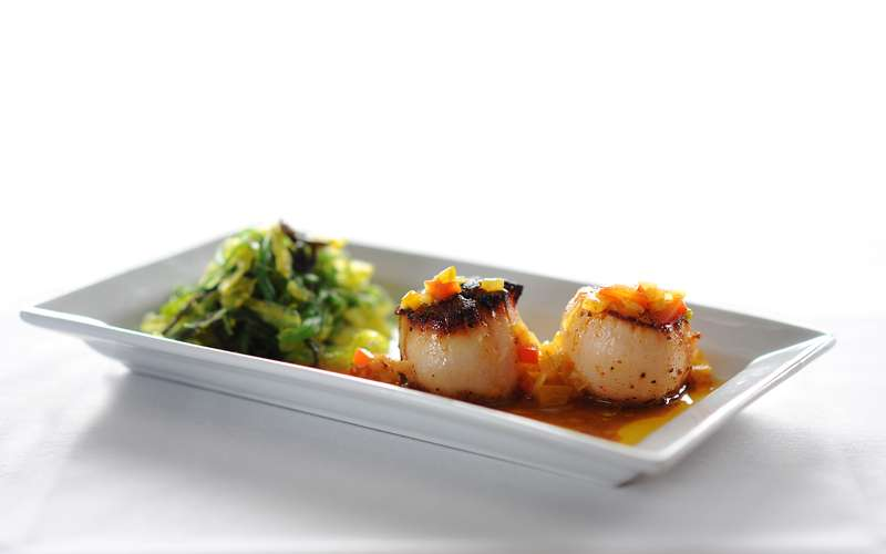 diver sea scallops with sesame seaweed salad