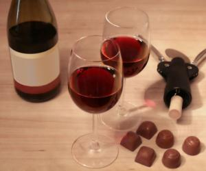 wine glasses and chocolate pieces