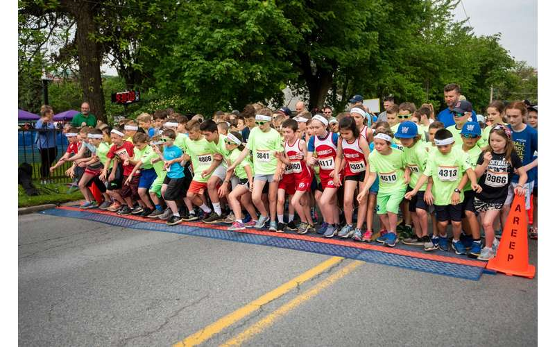 kids lined up at finish line
