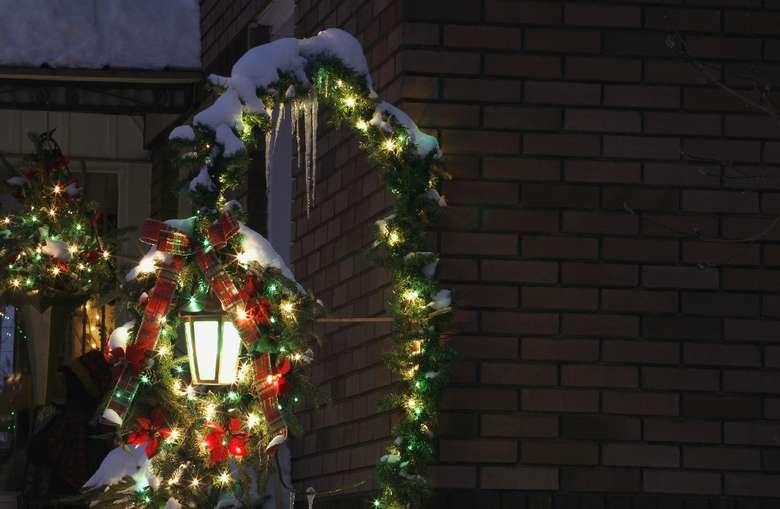 christmas lights on a lamp post