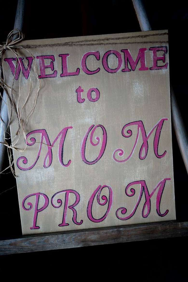 a sign for the mom prom
