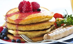 pancakes with raspberries and blueberries